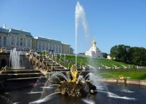 В Большой Оранжерее Петергофа начались выпускные для основной школы